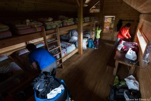Intérieur dortoir Refuge de Furfande avec la Crête de Croseras derrière - Queyras, Hautes-Alpes