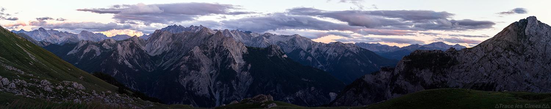 Vue au crépuscule sur les sommets des montagnes du Queyras depuis le Refuge de Furfande, Hautes-Alpes