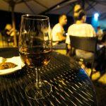 Verre de vin de Madère sur la terrasse du Barreirinha Bar Café à Funchal, Madère
