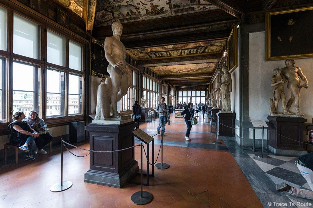 Loggia vitrée avec fenêtres et sculptures dans la Galerie du Musée des Offices de Florence (Galleria degli Uffizi di Firenze)