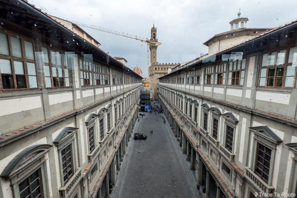 Vue sur la Piazzale degli Uffizi depuis la loggia de la Galerie du Musée des Offices de Florence (Galleria degli Uffizi di Firenze)