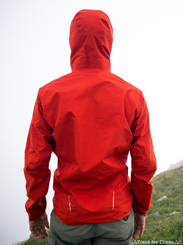 Test de la Veste Gore-Tex NORVAN ARC'TERYX Rouge de dos avec la capuche