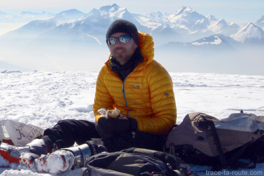Test doudoune Mountain Hardwear GHOST WHISPERER Down Hooded Jacket - veste portée en ski de randonnée de Sulens (Aravis)