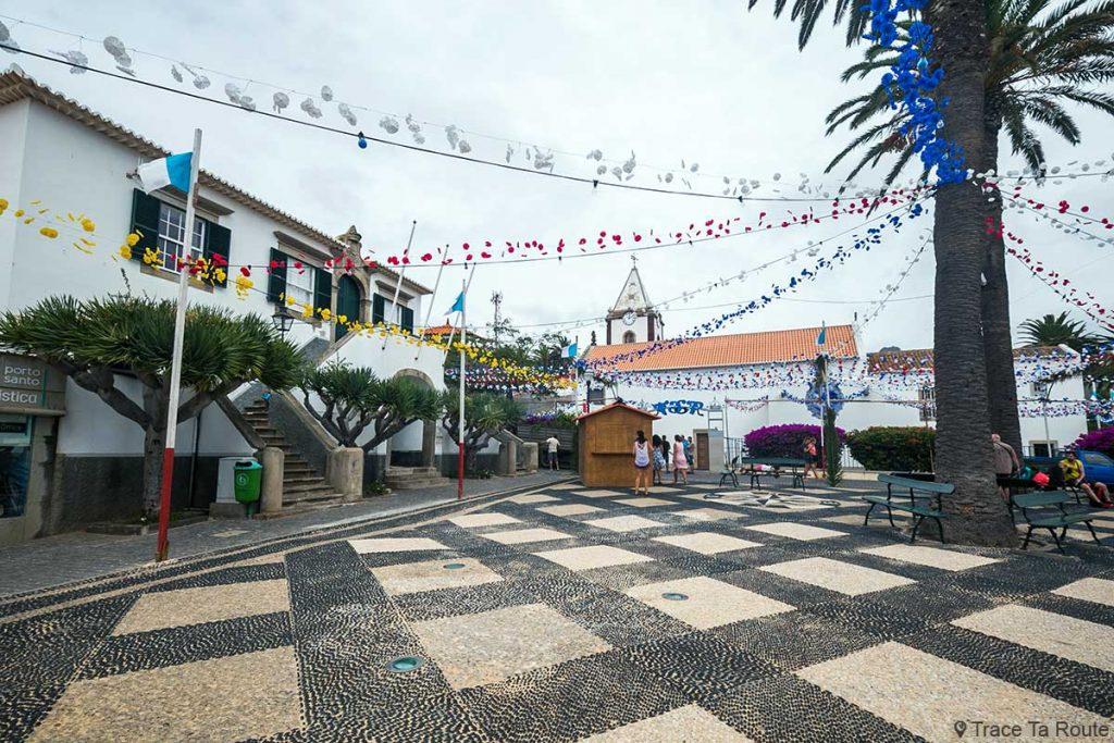Place Largo do Pelourinho : ancienne Mairie Antiga Câmara Municipal et Église Igreja ssa Senhora da Piedade de Vila Baleira, Île de Porto Santo, Madère / Madeira Islands