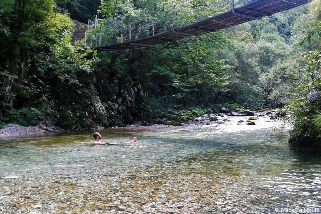 Baignade dans la rivière Idrijca, près de la ville de Idrija en Slovénie - Slovenia / Slovenija