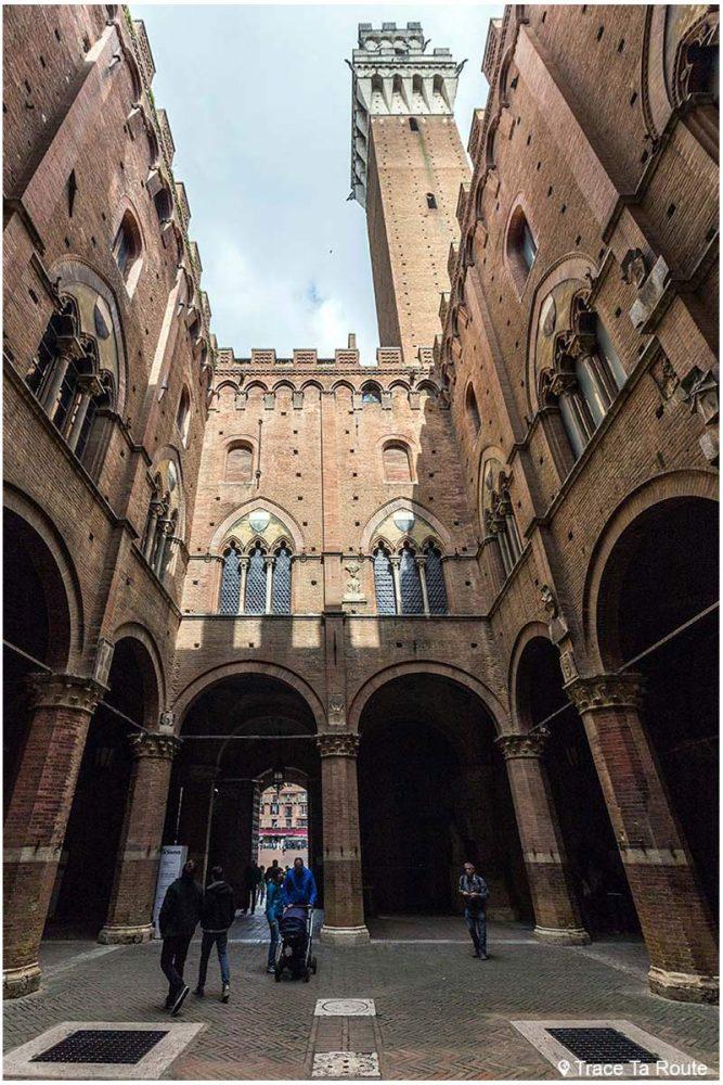 Cortile del Podestà et la tour Torre del Mangia du Palazzo Pubblico de Sienne