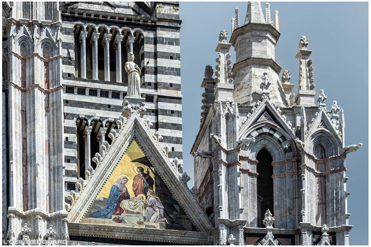 Sculptures statue et mosaïque dorée (Alessandro Franchi) sur la Façade gothique de la Cathédrale de Sienne Duomo di Siena (Santa Maria Assunta)