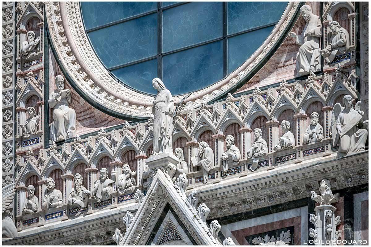 Sculptures statues sur la Façade gothique de la Cathédrale de Sienne Duomo di Siena (Santa Maria Assunta)