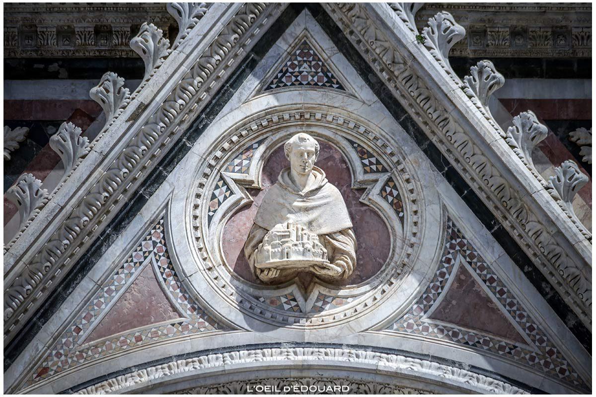 Sculpture statue sur la Façade gothique de la Cathédrale de Sienne Duomo di Siena (Santa Maria Assunta)