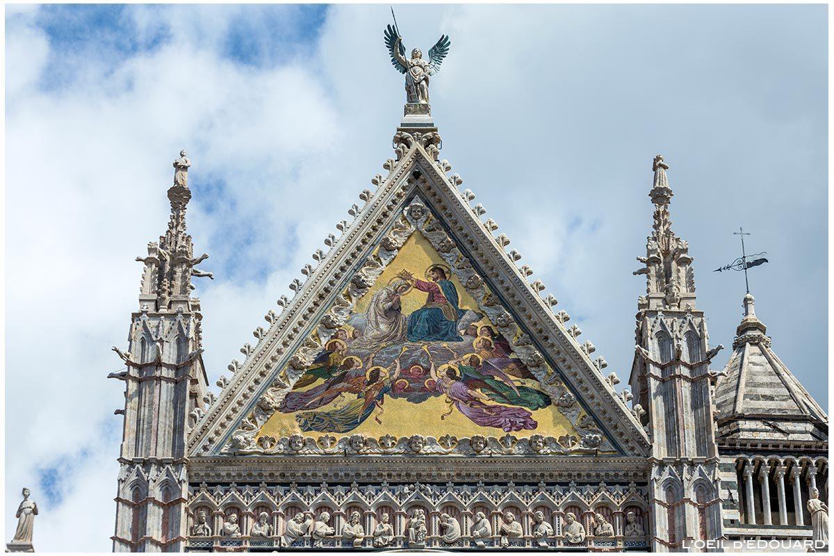 Sculptures statues et mosaïque dorée (Alessandro Franchi) sur la Façade gothique de la Cathédrale de Sienne Duomo di Siena (Santa Maria Assunta)