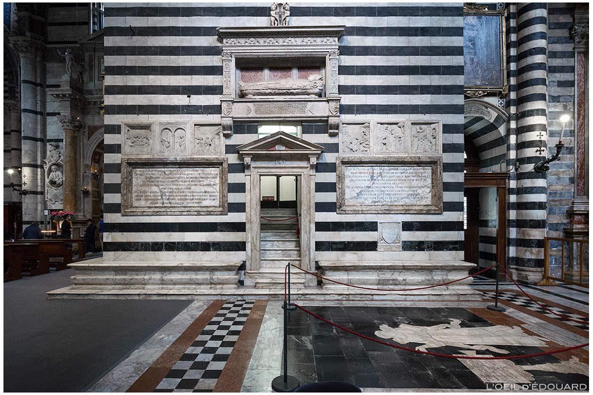 Pied de la tour du campanile à l'Intérieur Cathédrale de Sienne - Duomo di Siena (Santa Maria Assunta) : Pierre tombale de l'évêque de Pienza Tommaso Piccolomini, de Neroccio + Scènes de la Vie de la Vierge, de Urbano de Cortone