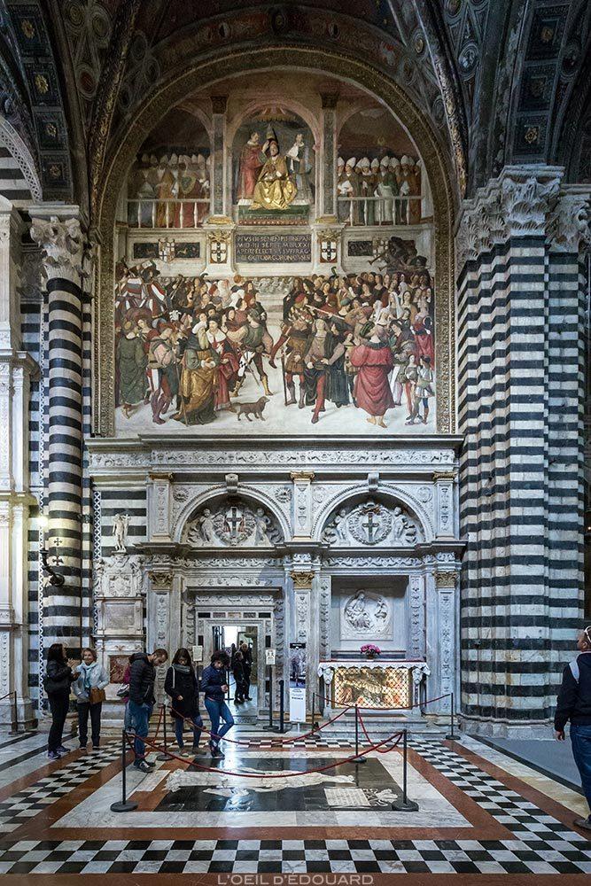 Cathédrale de Sienne - Intérieur Nef Duomo di Siena (Santa Maria Assunta) : Portail de Lorenzo di Mariano Marrina + fresque Couronnement pontifical de Pie III (1504) de Pinturicchio
