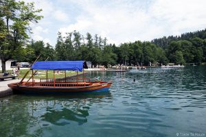 Bateaux Pletna sur la plage du Lac de Bled, Slovénie - Pletna Blejsko jezero, Slovenia Slovenija