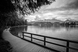 Promenade autour du Lac de Bled avec l'Île et l'Église de l'Assomption Cerkev Marijinega Vnebovzetja, Slovénie - Blejsko jezero, Slovenia Slovenija