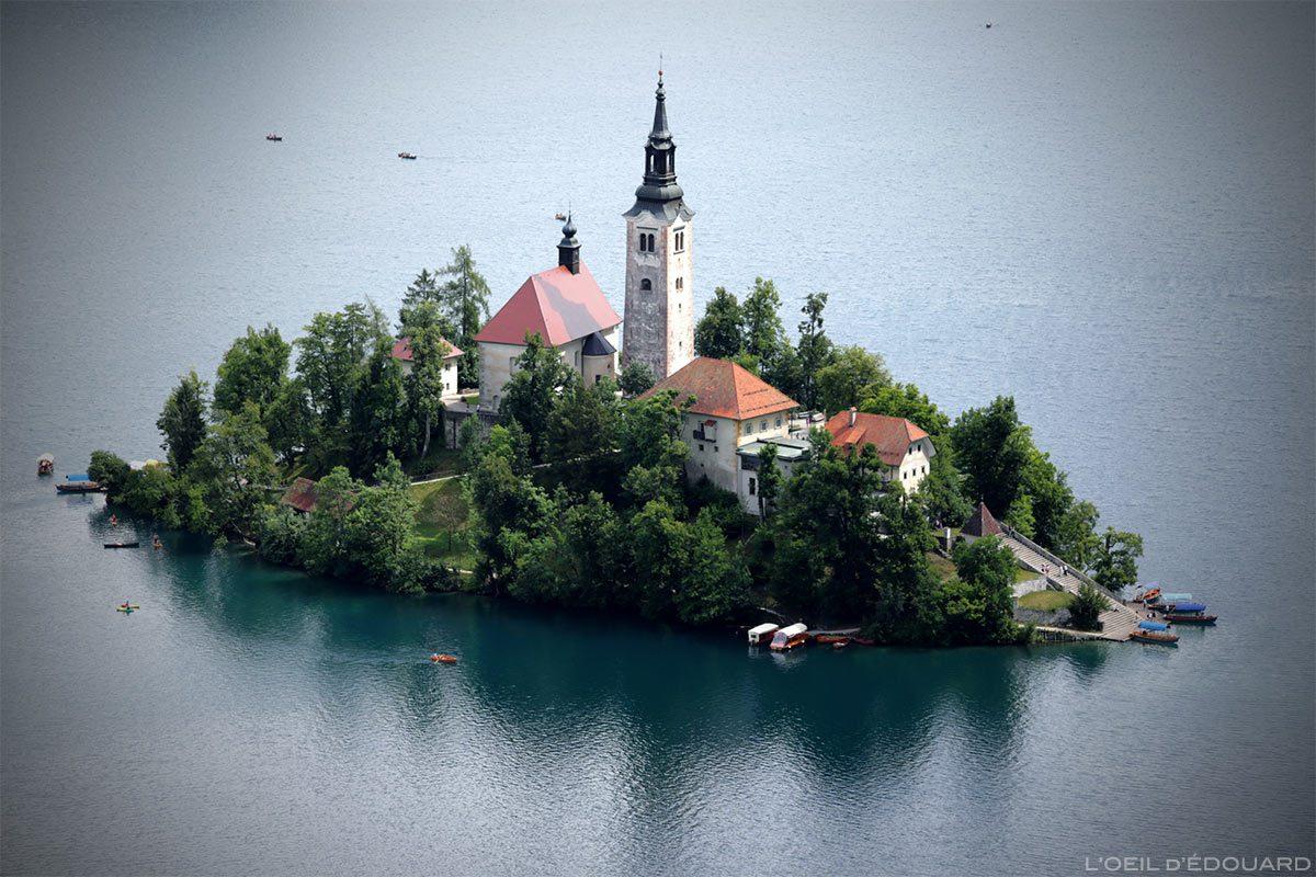 L'Île du Lac de Bled avec l'Église de l'Assomption Cerkev Marijinega Vnebovzetja, depuis la randonnée à Ojstrica, Slovénie - Blejsko jezero, Slovenia Slovenija