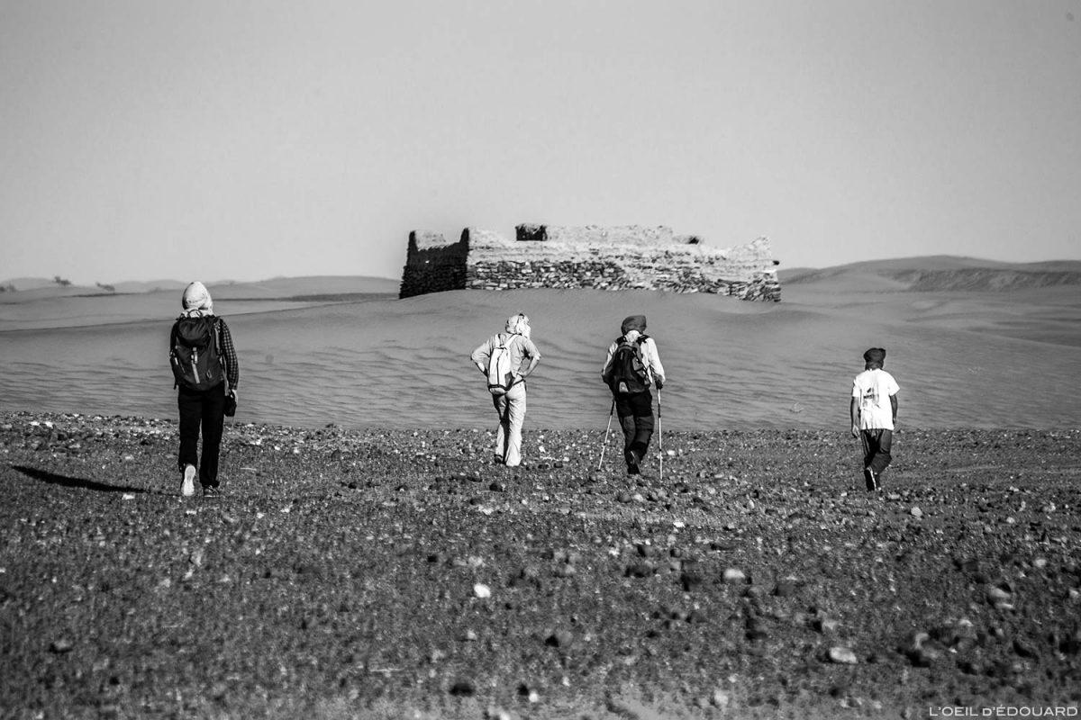 Trek dans le désert du Maroc en direction du tombeau du marabout Sidi Naji