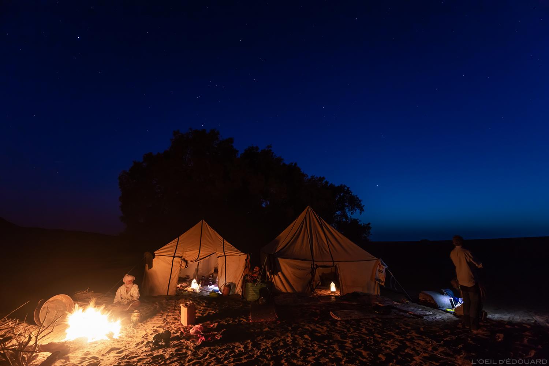 Bivouac autour du feu lors de mon trek dans le désert du Maroc avec Mélodie du Désert © L'Oeil d'Édouard - Tous droits réservés