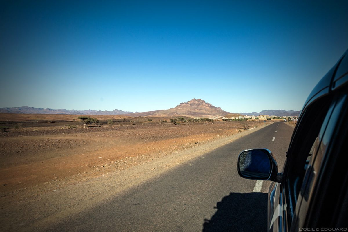 Village d'Agdz sur la route pour le désert du Maroc