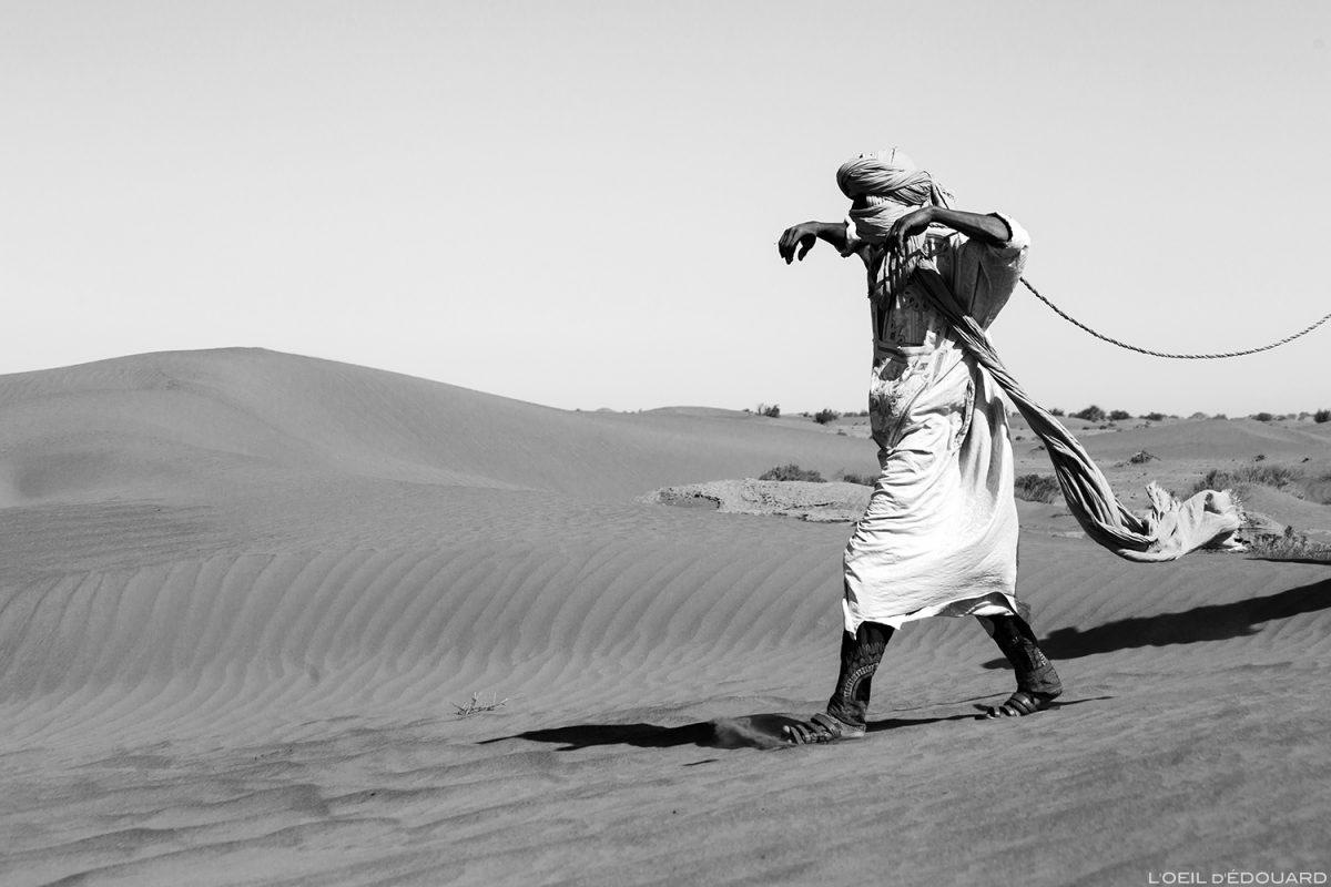 Nomade sahraoui marchant dans le Désert du Maroc © L'Oeil d'Édouard