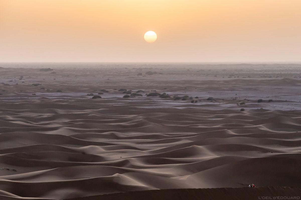 """Coucher de soleil sur le Désert du Maroc depuis la dune hurlante """"Erg Zaher"""""""