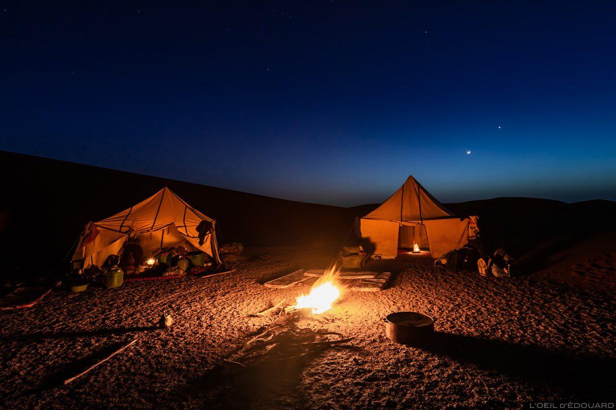 Bivouac nomade avec les tentes autour du feu, Désert du Maroc - Mélodie du Désert © L'Oeil d'Édouard