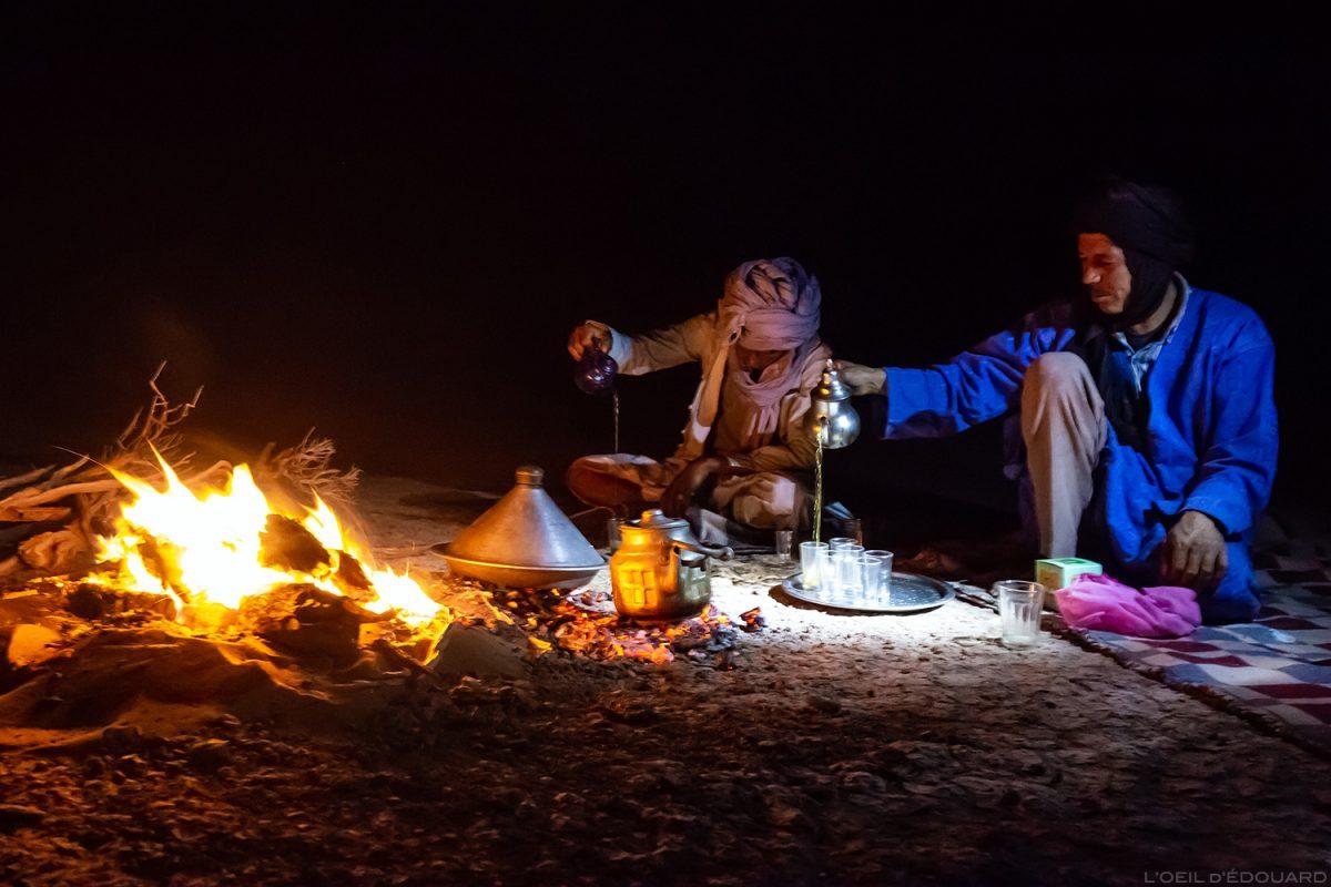 Nomades sahraouis servant le thé dans le Désert du Maroc - Mélodie du Désert © L'Oeil d'Édouard