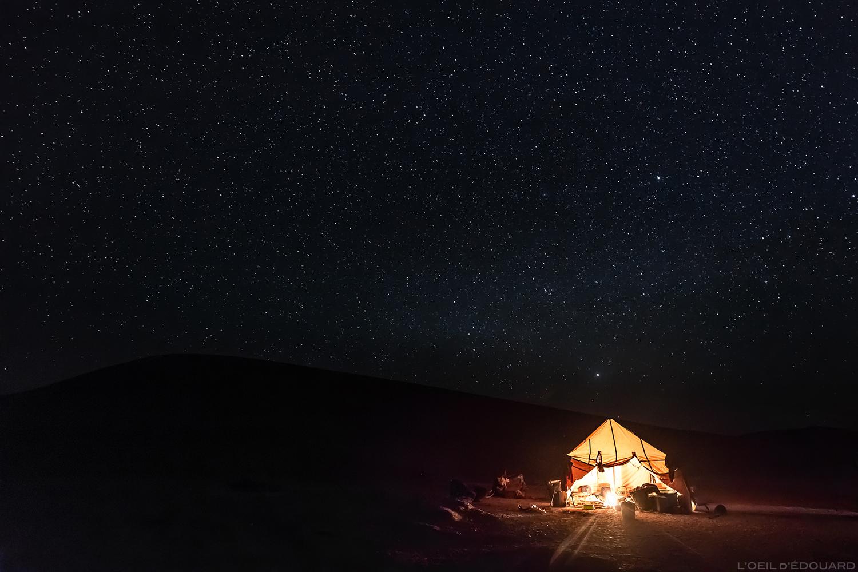 Ciel étoilé de nuit au-dessus du bivouac nomade dans le Désert du Maroc - Trek avec Mélodie du Désert © L'Oeil d'Édouard