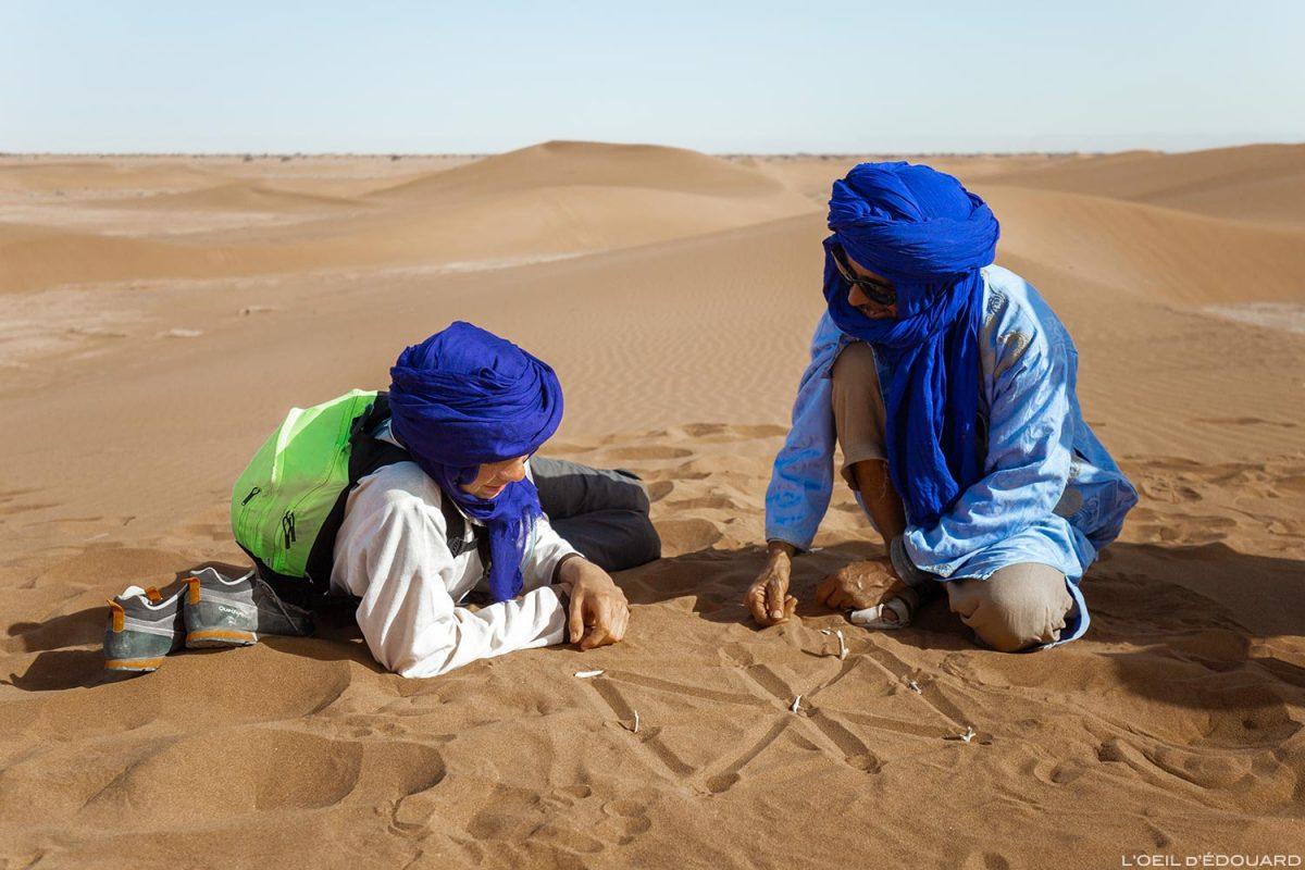 Jeu de dames dans le sable du Désert du Maroc - Trek avec Mélodie du Désert © L'Oeil d'Édouard