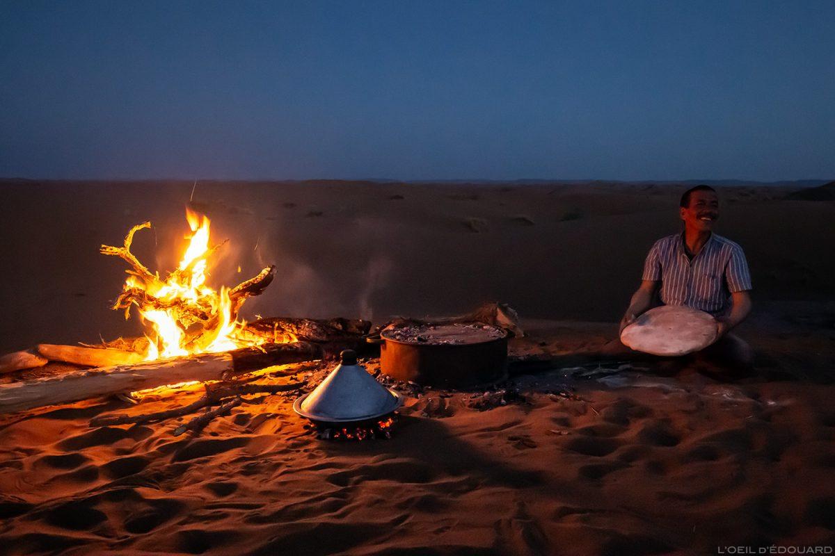 Cuisson du pain au feu de bois et tajine façon nomade sahraouie dans le Désert du Maroc - Trek Mélodie du Désert