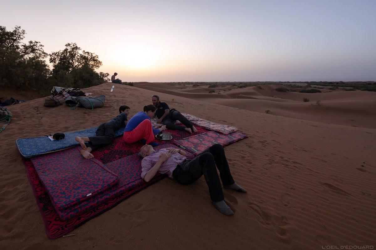 Thé au crépuscule dans le Désert du Maroc - Trek Mélodie du Désert © L'Oeil d'Édouard