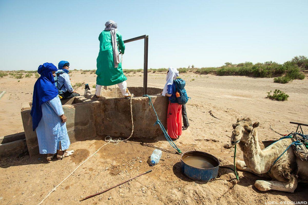 Nomades sahraouis tirant de l'eau d'un puits dans le Désert du Maroc - Trek Mélodie du Désert
