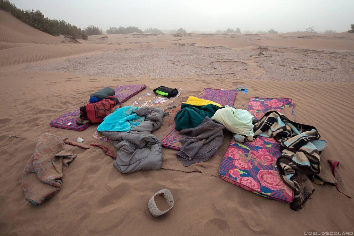 Réveil après une tempête de sable dans le Désert du Maroc