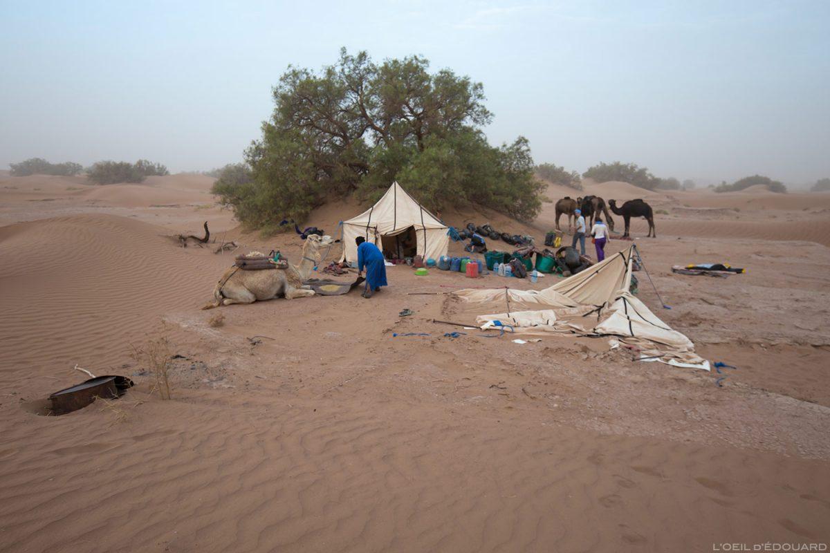 Bivouac au réveil après une tempête de sable dans le Désert du Maroc
