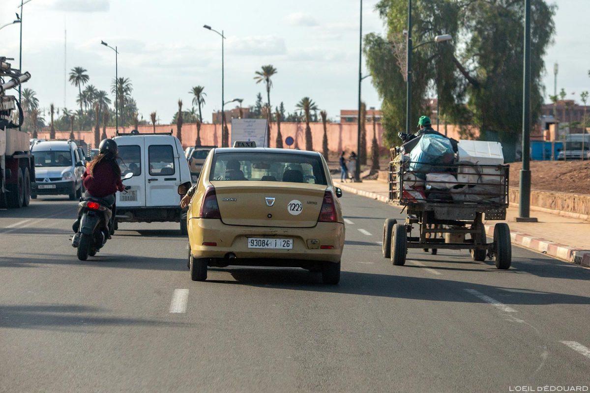 Taxi marocain sur une route de Marrakech