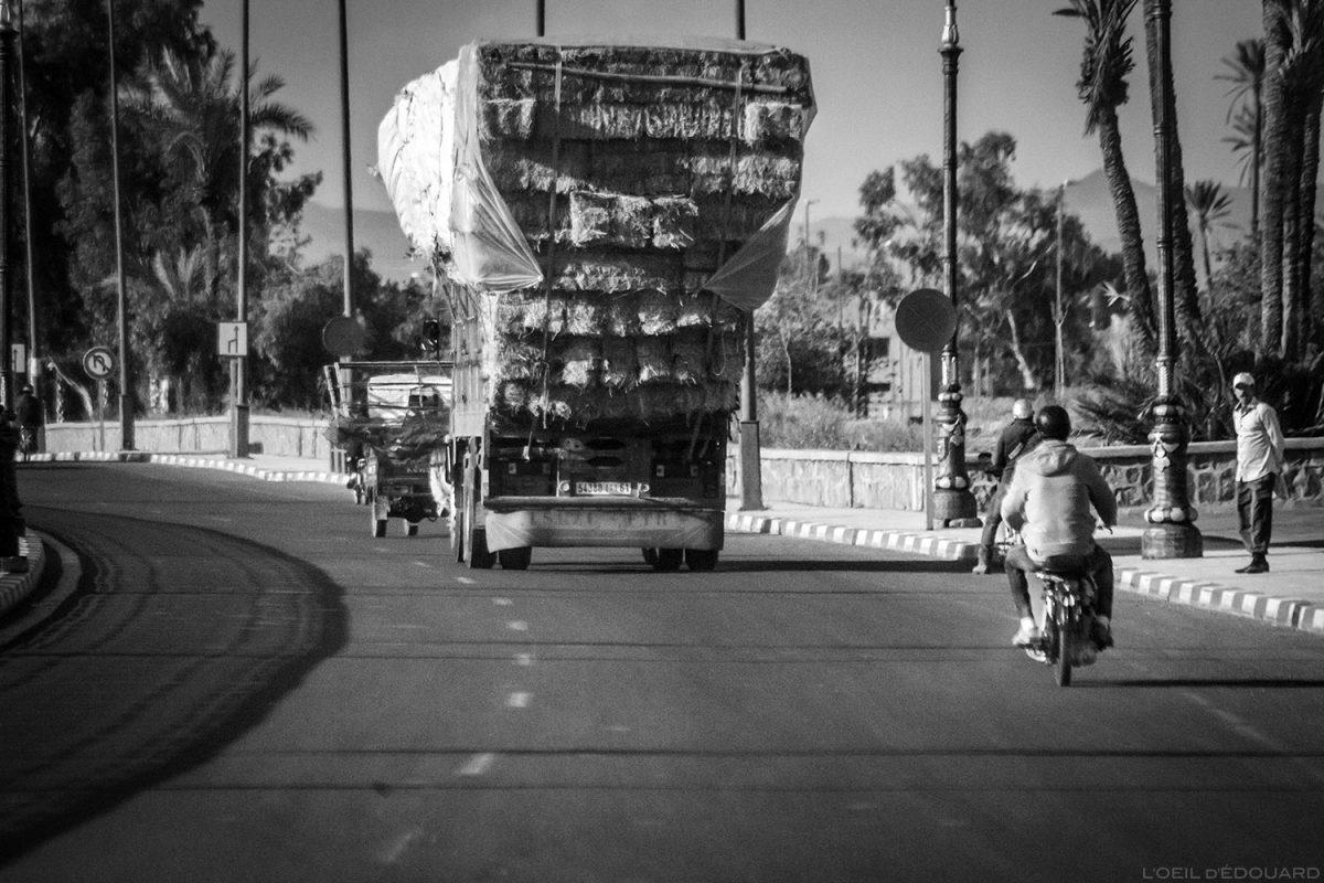 Camion transportant de la paille sur une route de Marrakech