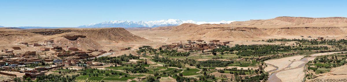 Kasbah Aït Ben Haddou dans le désert du Maroc avec les montagnes de l'Atlas en fond