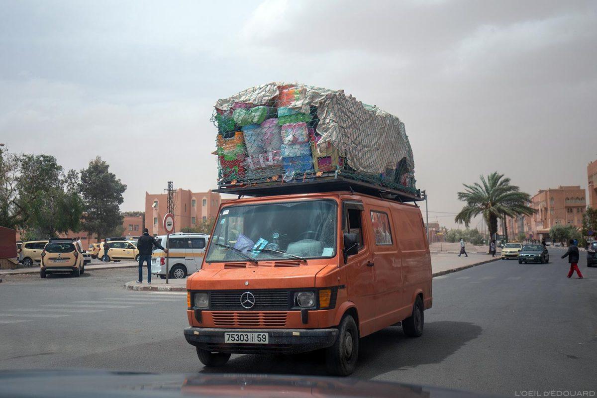 Camion chargé de bagages sur le toit dans une rue de Ouarzazate, Maroc