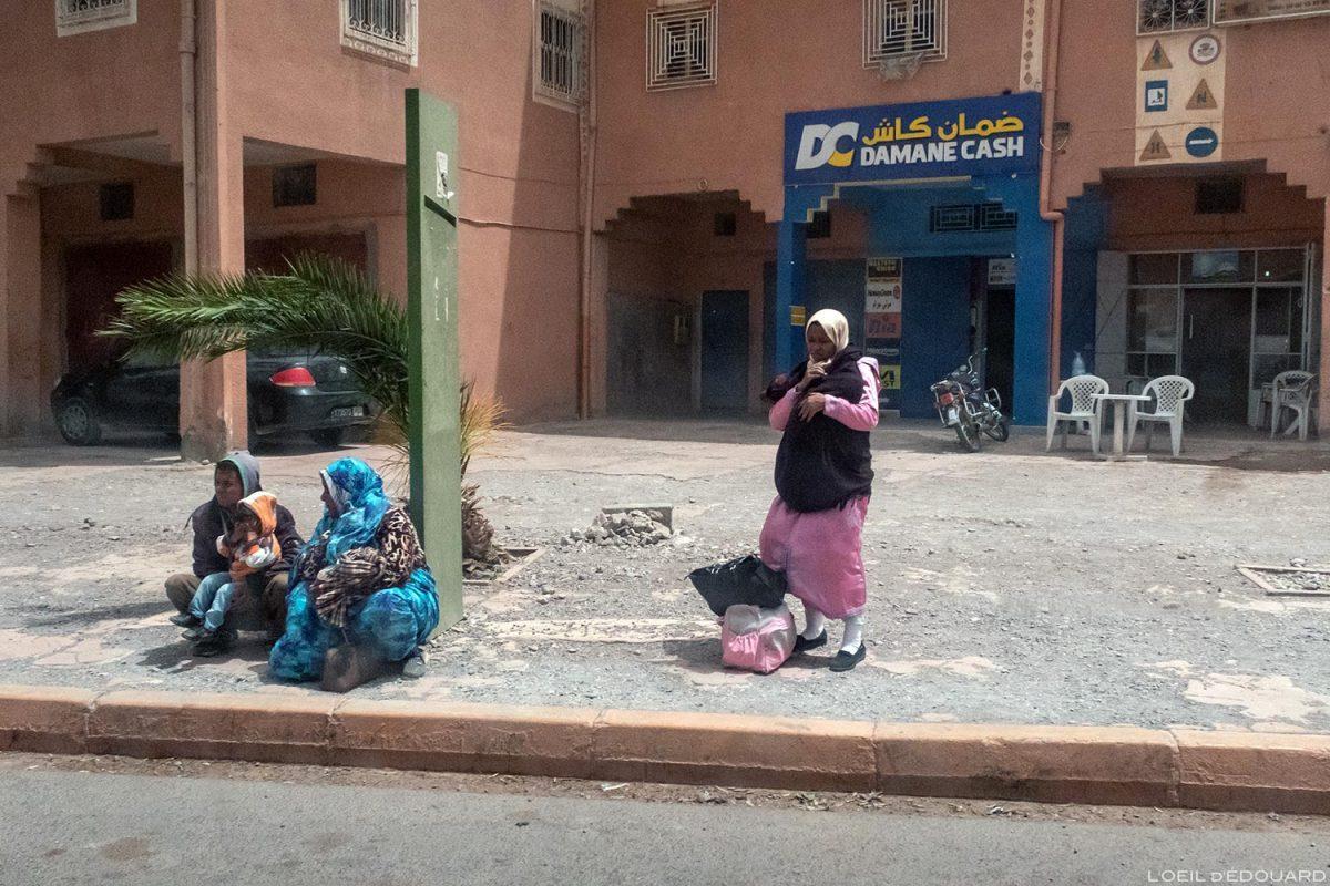 Arrêt de bus dans Ouarzazate, Maroc