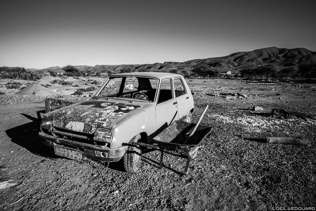 Voiture abandonnée dans la ville de Agdz, Vallée du Draâ, Maroc © L'Oeil d'Édouard