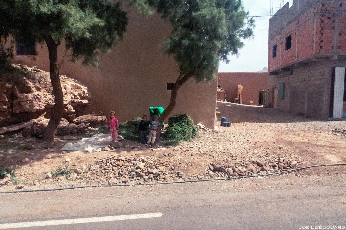 Enfants sur le bord de la route N9 dans la Vallée du Draâ, Maroc