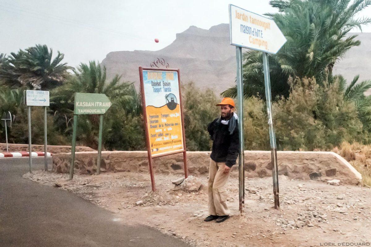 Homme sur le bord de la route N9 dans la Vallée du Draâ, Maroc