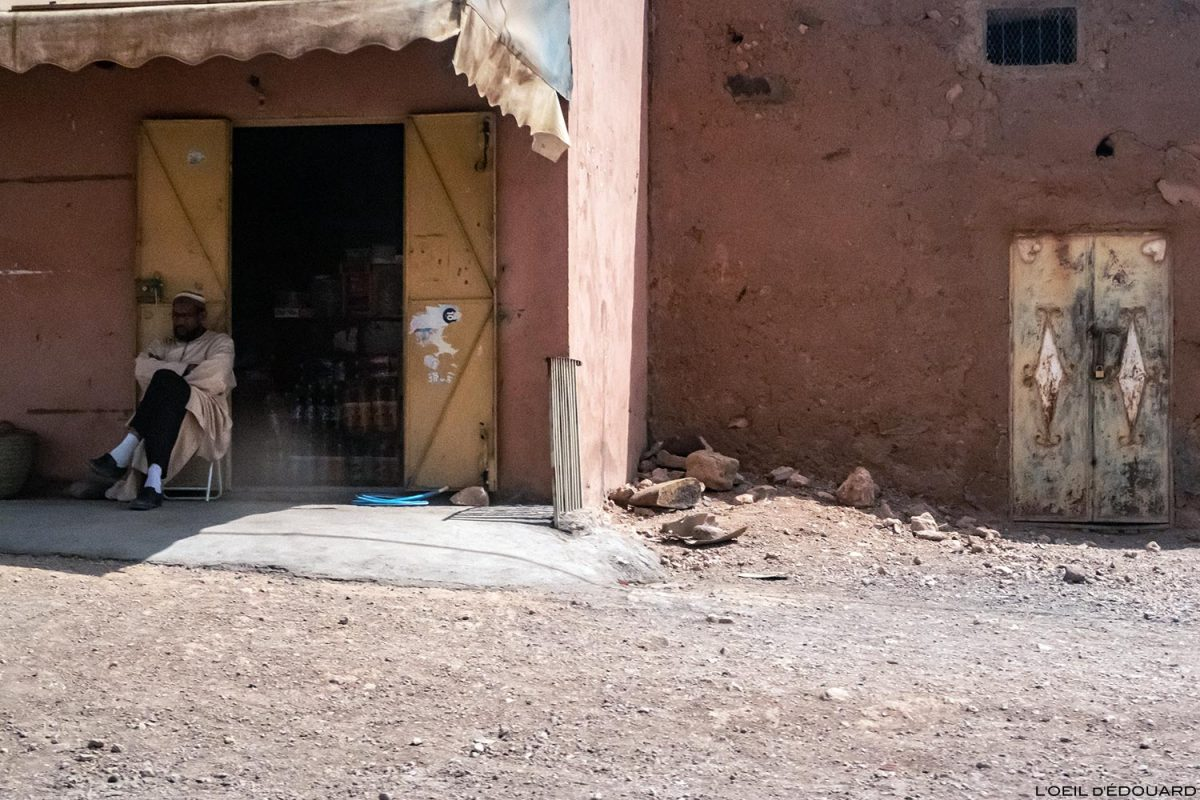 Boutique et marchand sur le bord de la route N9 dans la Vallée du Draâ, Maroc