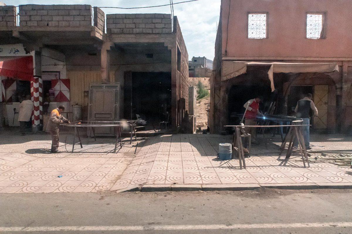 Atelier de réparation sur le bord de la route N9 dans la Vallée du Draâ, Maroc