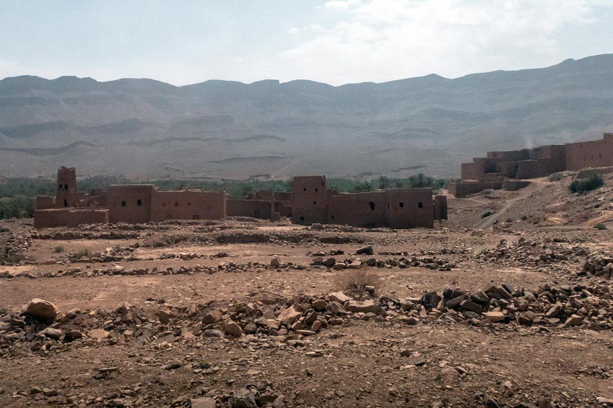 Village sur le bord de la route N9 dans la Vallée du Draâ, Maroc