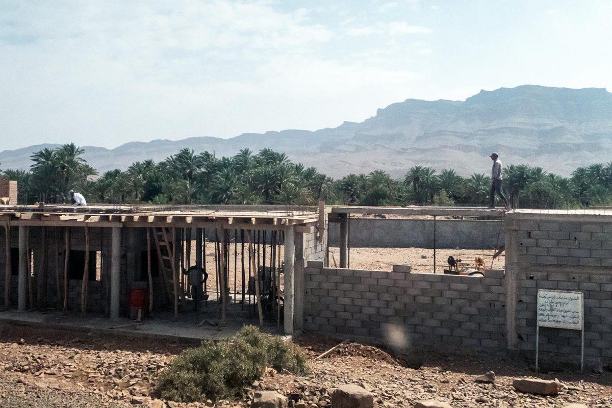 Sur le bord de la route N9 dans la Vallée du Draâ, Maroc