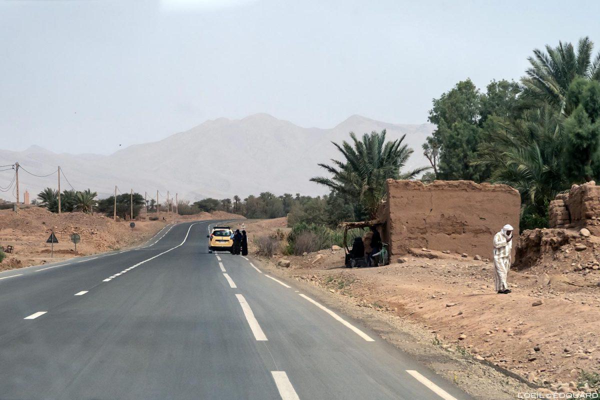Taxi sur la route N9 dans la Vallée du Draâ, Maroc