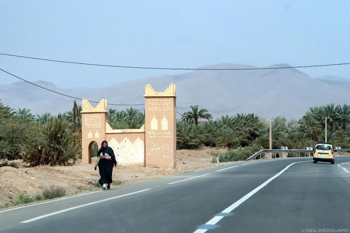 Femme sur le bord de la route N9 dans la Vallée du Draâ, Maroc