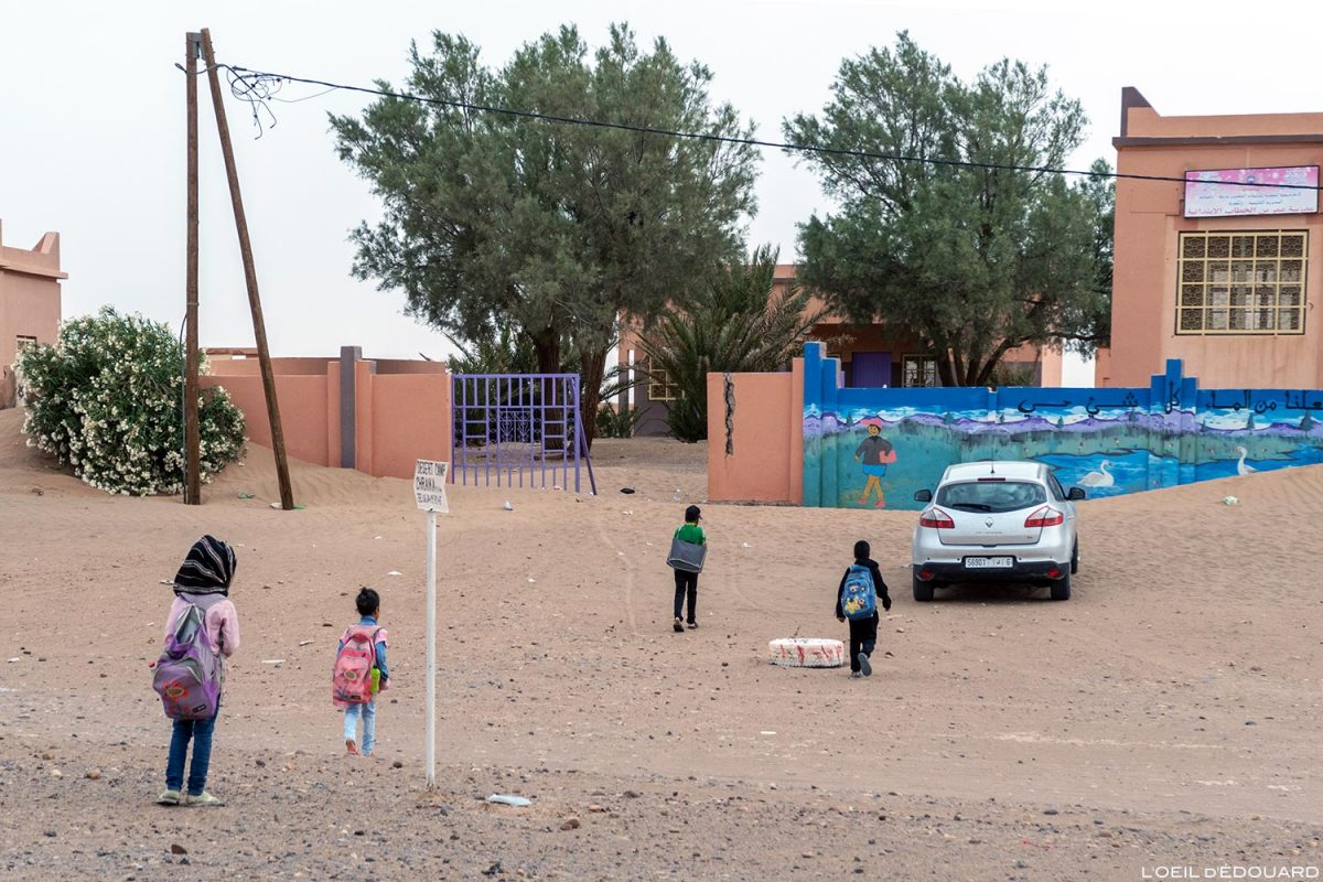 Enfants allant à l'École primaire de M'Hamid El Ghizlane, Maroc