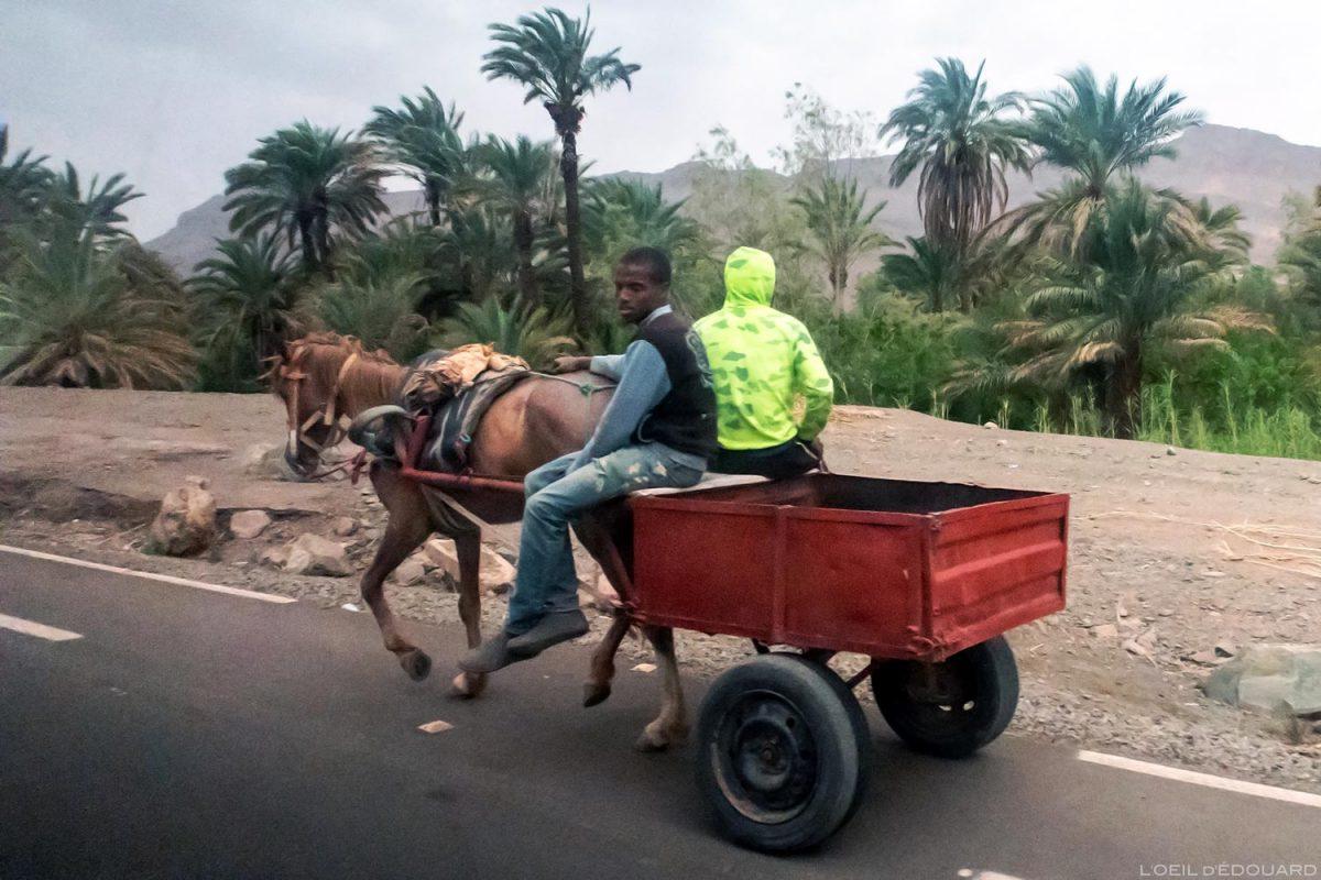 Sur la route N9 dans la Vallée du Draâ, Maroc