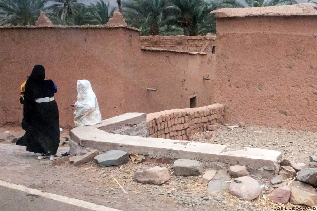 Femmes sur le bord de la route N9 dans la Vallée du Draâ, Maroc